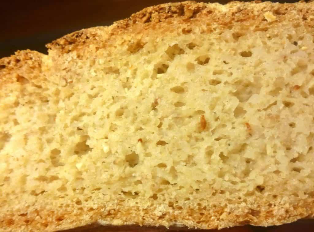 Nærbillede af en skive glutenfri havrebrød