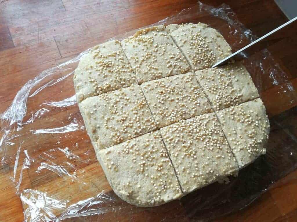 Udskæringen af de glutenfri quinoaboller