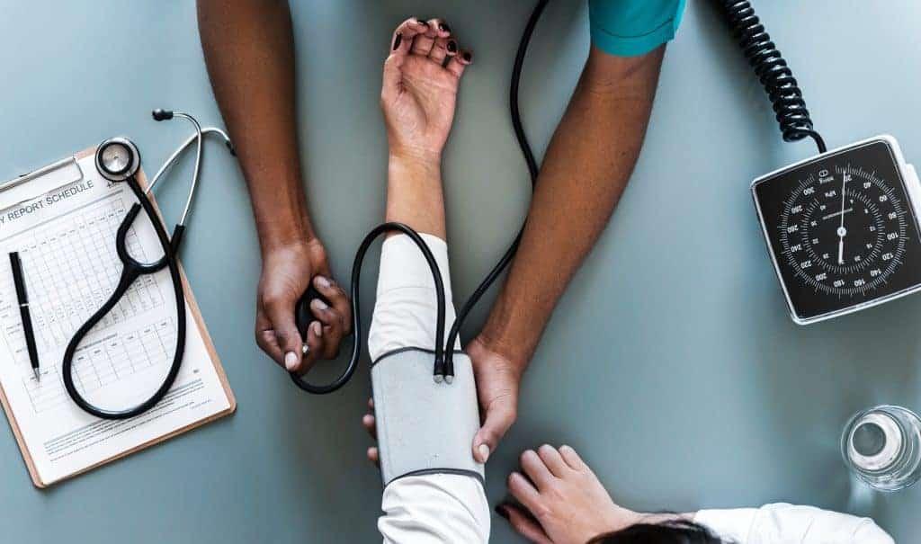 Hvad er cøliaki? En læge undersøger en patient